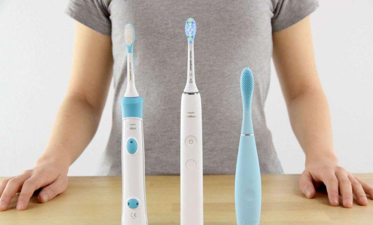 Usare gli spazzolini elettrici in sicurezza: i consigli